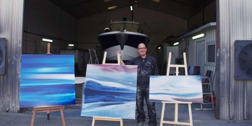 roland-montalieu-presente-ses-peintures-devant-son-atelier-de-larros